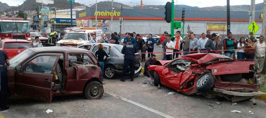 Camión arrolla a persona y choca con varios autos, en San Juan Tizahuapan, Hidalgo