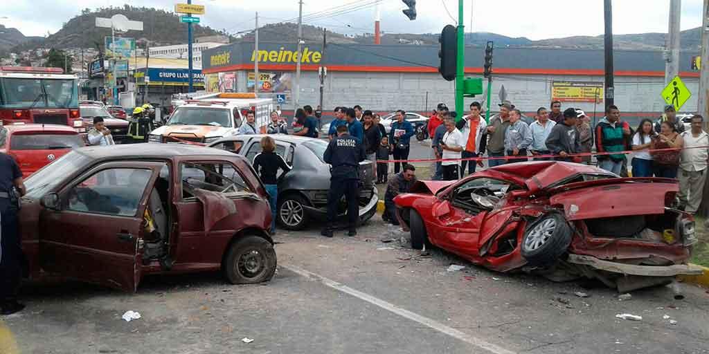 Camión arrolla a persona y choca con varios autos, en San