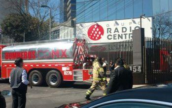 Bomberos laboran en incendio en Grupo Radio Centro