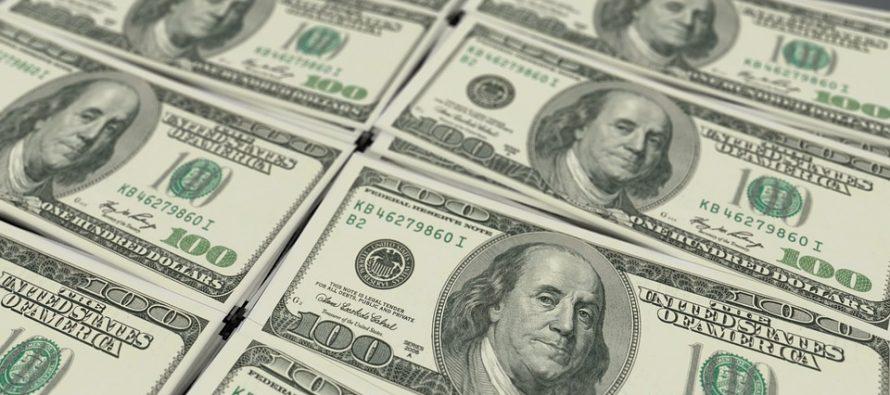 Dólar cede y se vende hasta en 19.02 pesos en bancos