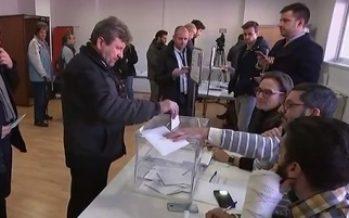 Abren con alta participación colegios electorales de Cataluña