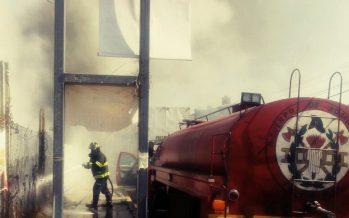 Bomberos de Toluca apagan incendio en tienda de abarrotes