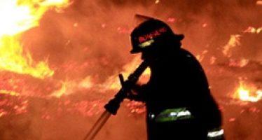 Bomberos sofocan incendio en locales de mercado en Acapulco