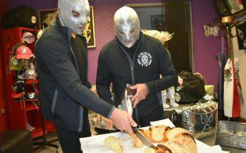 El Hijo del Santo y Santo Jr conviven con aficionados partiendo la tradicional Rosca de Reyes