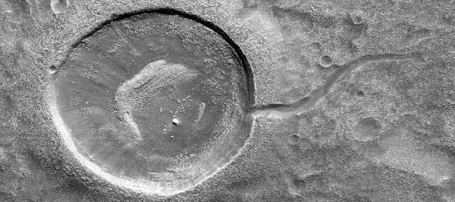 NASA difunde fotografía de cráter con forma de renacuajo en Marte