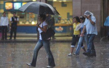 Centro de la Ciudad de México, bajo lluvia ligera esta tarde