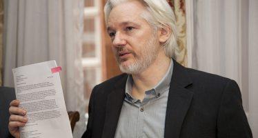 Ecuador suspende las comunicaciones de Julian Assange