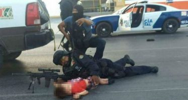 Policía protege con su cuerpo a un niño, durante balacera