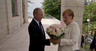 Merkel se reúne con Putin ante tensión entre EE.UU. y la UE