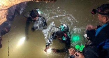 Salen con vida los 12 niños y su entrenador de cueva en Tailandia