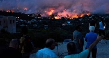 Bomberos extinguen incendios en Grecia; van 80 muertos