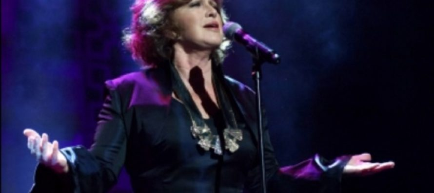 Angélica María sólo sufrió un golpe tras caída en concierto