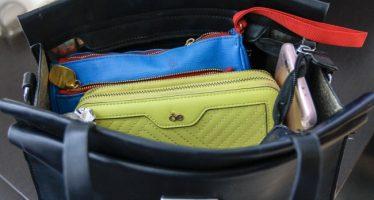 ¡Víctimas de la moda! Mujeres cargan más de seis kilos en sus bolsas