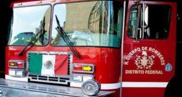 Bomberos controlan incendio en fábrica de zapatos de Iztapalapa