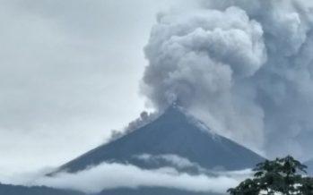 Desalojan cercanías de volcán guatemalteco por descenso de material