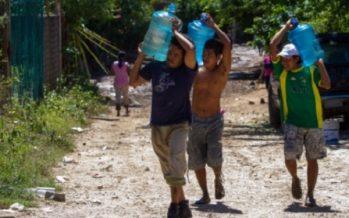 Caminar horas para obtener agua potable en zonas rurales