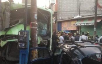 Autobús de pasajeros ocasiona carambola y atropella peatones; hay 20 heridos