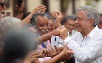 Con música de banda y ánimos de cambio reciben a López Obrador en Mazatlán