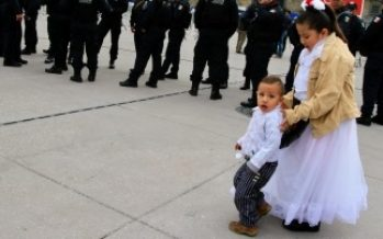 Familias continúan su arribo al Zócalo para presenciar desfile militar