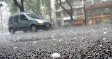 Habrá lluvias y caída de granizo en la capital por la tarde y noche