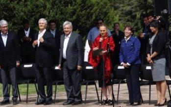 López Obrador y Del Mazo montan guardia de honor en Ocoyoacac
