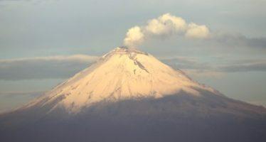 Lanza volcán Popocatépetl fragmentos incandescentes durante la madrugada